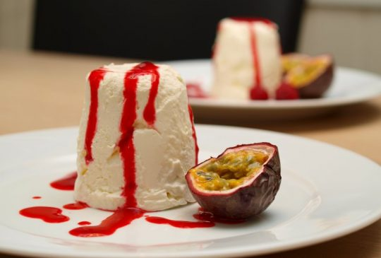 Image: Snøfriskparfait med bringebærsaus og pasjonsfrukt