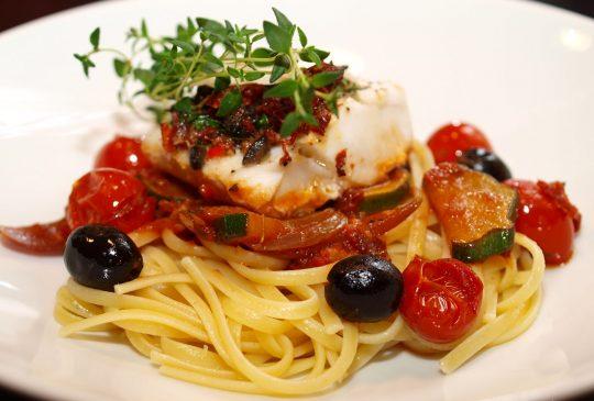 Image: Ovnsbakt torsk med oliven, tomat og basilikumcrust