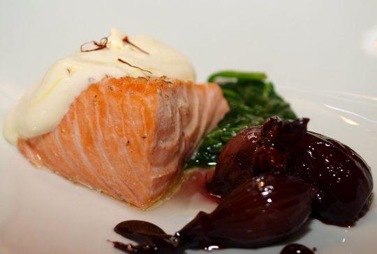 Image: Dampet laks med rødvinskokt småløk, spinat og safrankrem