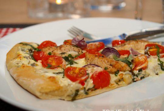 Image: Hvit pizza med kylling, cherrytomater, mozzarella og basilikum