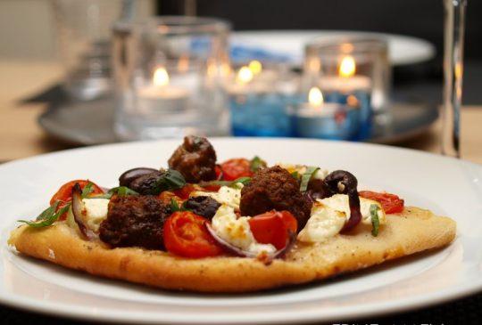 Image: Gresk pizza med kjøttboller, tomater, oliven og feta