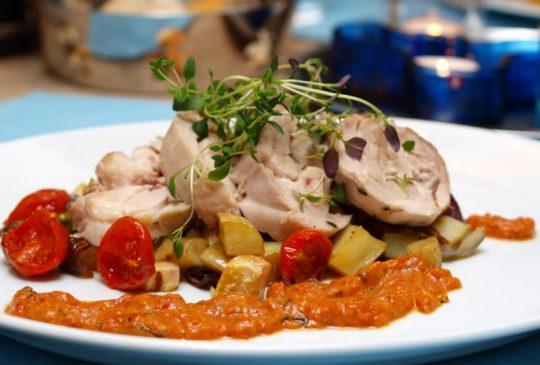 Image: Timianbakt lårstek av Stangekylling med rotgrønnsaker og tomatsaus