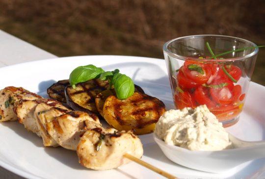 Image: Marinerte kyllingspyd med tomatsalsa, grillede grønnsaker og fetakrem
