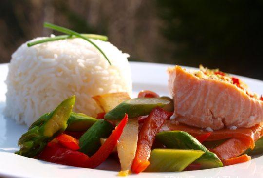 Image: Limemarinert laks med wokede grønnsaker og ris
