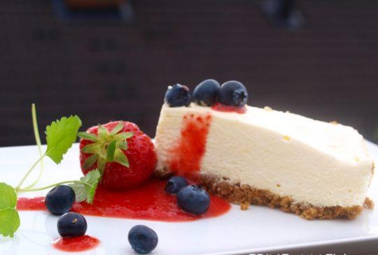 Image: Ostekake med pasjonsfrukt og jordbærsaus