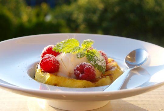 Image: Grillet honningglassert ananas med bringebær og vaniljeis