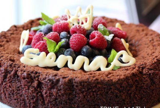 Image: Mørk sjokoladekake med friske bær, mynte og hvit sjokolade til Sienna Maries dåp