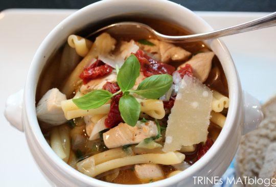 Image: Kyllingsuppe med pasta, vårløk og soltørket tomat
