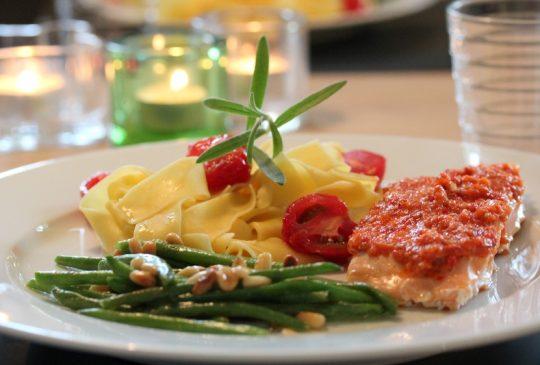 Image: En glad laks med chilipesto og aspargesbønner