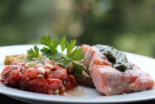Image: Laks med potetrøsti, tomatsalsa og pesto