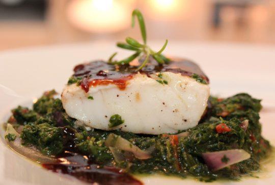 Image: Ovnsbakt torsk med lun spinatsalat, sellerirotmos og balsamicosaus