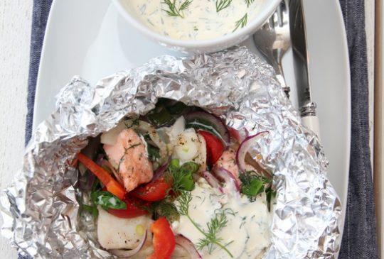 Image: Fiskepakke med spinat, fennikel, tomat, løk og dillsaus