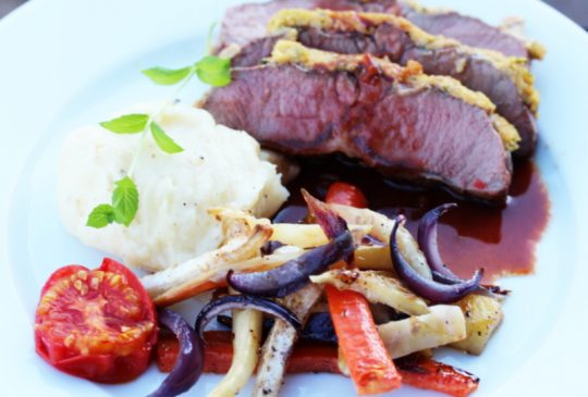 Image: Sennepsbakt lammefilet med ovnsbakte rotgrønnsaker, potetpurè og rødvinssaus