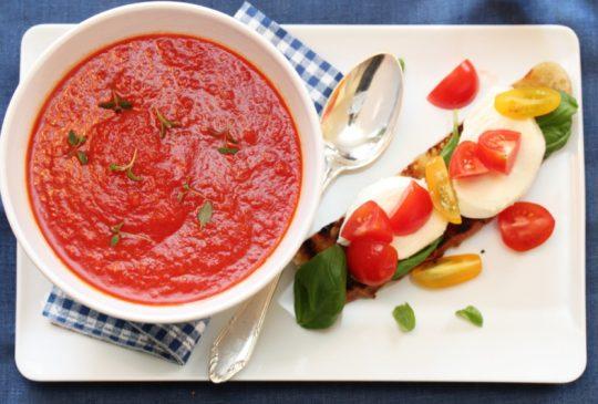 Image: Tomatsuppe med bruschetta og mozzarella