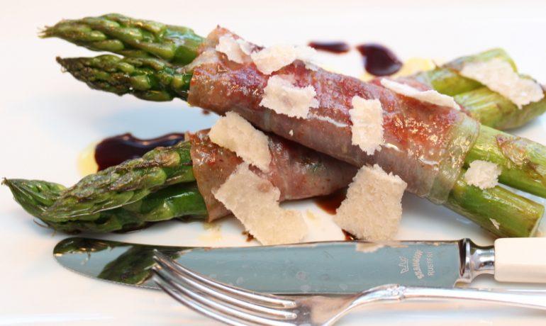 Asparges med sprø parmaskinke, parmesan og pinjekjerner | TRINES MATBLOGG