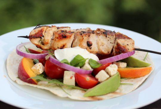 Image: Wraps med kyllingspyd, nektariner, avokado og yoghurt