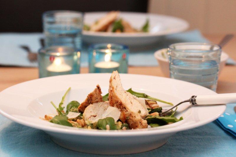 Squashsalat med kylling, perlespelt og pesto