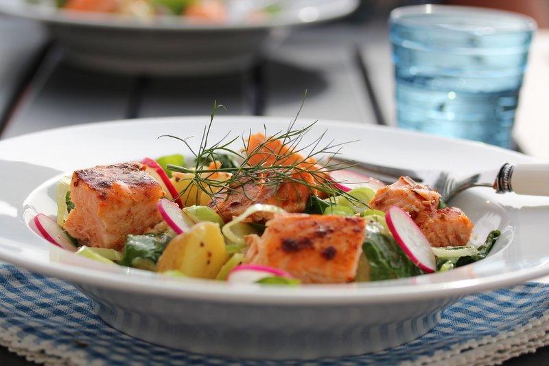 Potet- og spinatsalat med laks