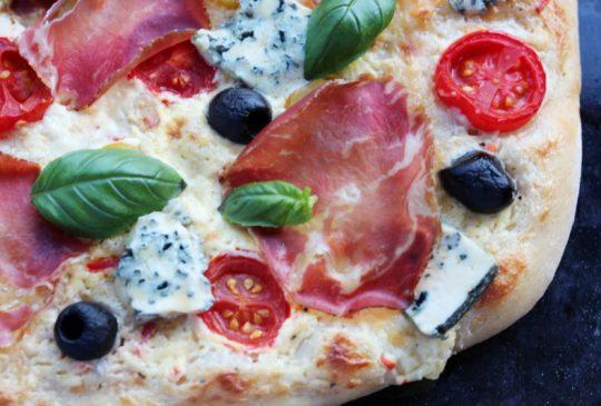 Image: Hvit pizza med skinke, cherrytomater og blåmuggost