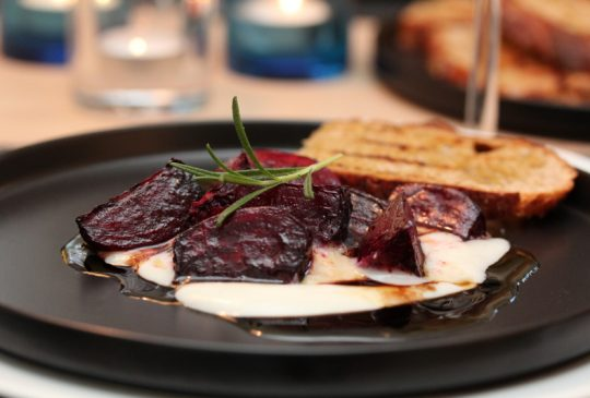 Image: Ovnsbakte rødbeter med chèvrekrem, valnøtter og balsamicovinaigrette
