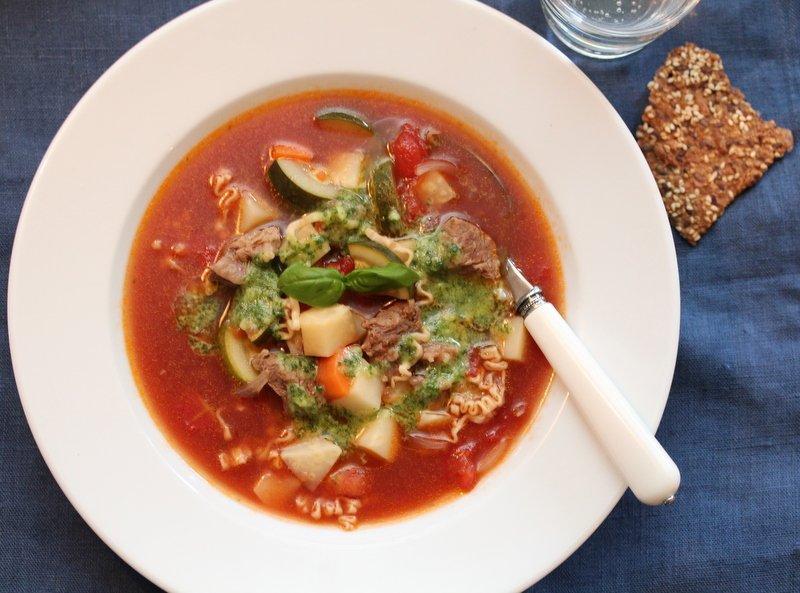 Biffsuppe med tomater, nudler og pistou