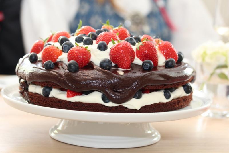 Sjokoladefestkake med friske bær