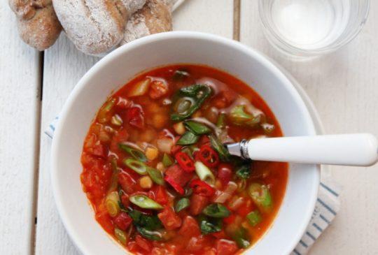 Image: Spansk suppe med chorizo, kikerter og chili