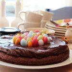 Sjokoladekake med sjokoladekrem og påskeegg