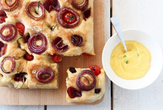 Image: Fylt focaccia med balsamicoløk, tomater og spekemat – med hjemmelaget aïoli