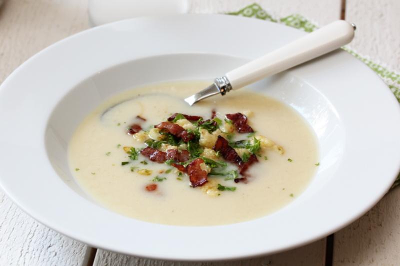 Blomkålsuppe med purre og sprøstekt bacon