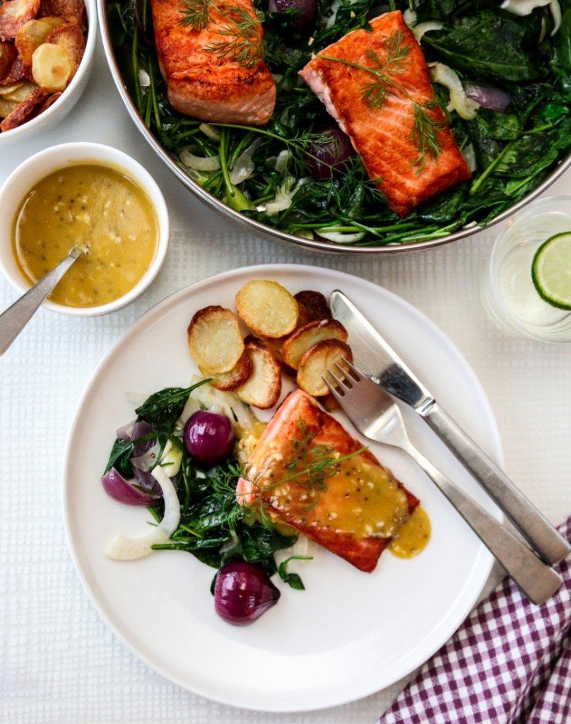 Laks med sennepssaus, spinatsalat og potetchips