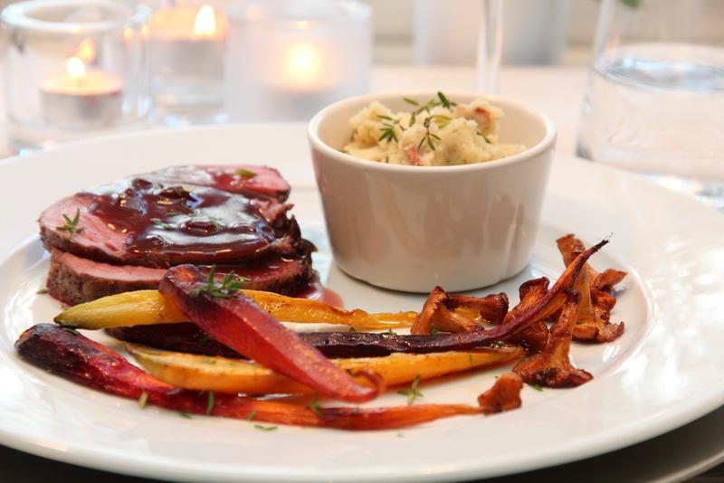 Hjortestek med portvinsaus, ovnsbakte rotgrønnsaker, baconpoteter og kantareller