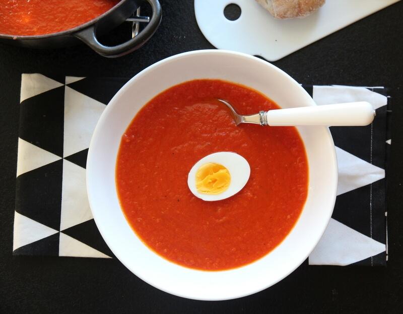 Hjemmelaget tomatsuppe med hardkokt egg