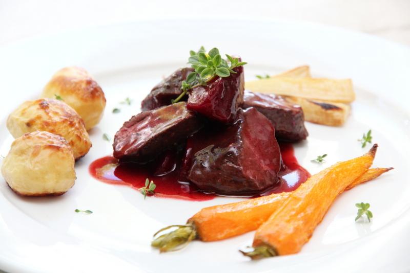 Reinsdyrfilet med plommer, rødvinsaus og ovnsbakte rotgrønnsaker