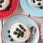 Minipavlova med limemarinerte blåbær