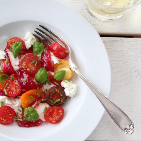 Image: Lun tomat- og mozzarellasalat med syltet rødløk