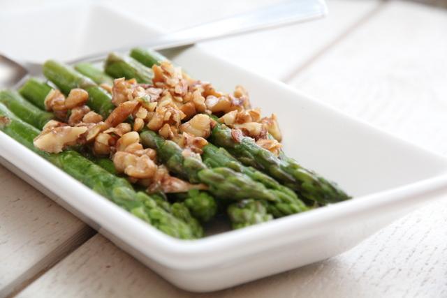 Lammestek med paprikasaus, asparges og saltbakte poteter