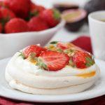 Minipavlova med jordbær og pasjonsfrukt