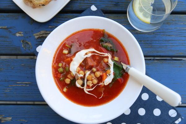 Smakfull suppe med chorizo, kikerter og chili