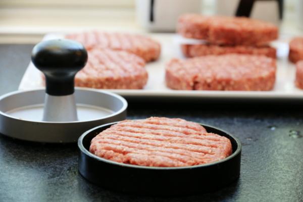 Hamburgere med paprikasalsa og ost