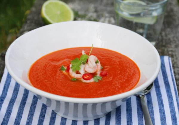 Tomatsuppe med chili og limemarinerte reker