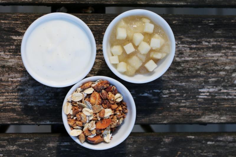 Tilslørte bondepiker med yoghurt