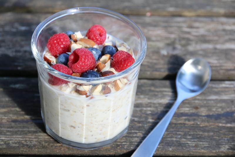 Kjøleskapsgrøt med yoghurt og bær