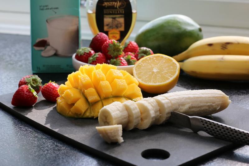 smoothie med mango, banan og kokosdrikk