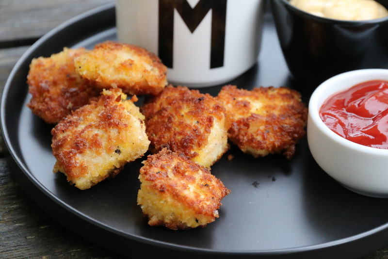 Kyllingnuggets med dip og potetstaver x