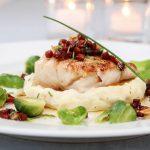 Pannestekt torsk med baconsjy, rosenkål og valnøtter