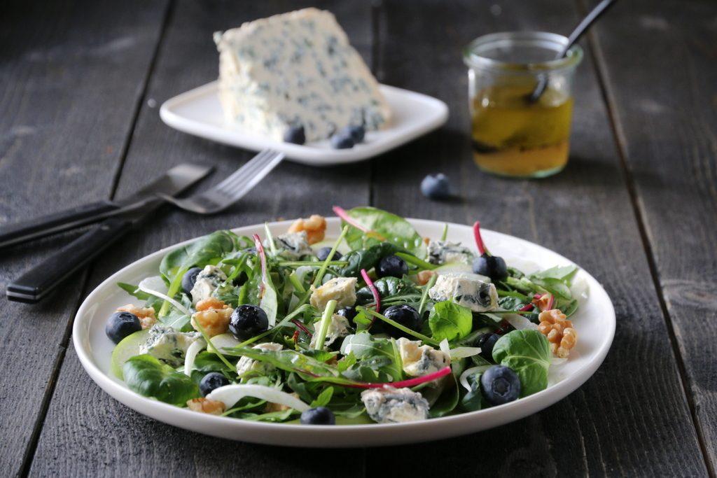 Salat med epler, blåmuggost og valnøtter