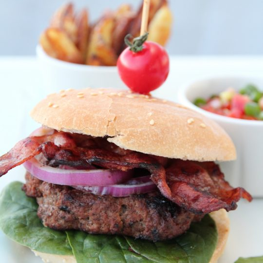 Image: HAMBURGER MED BACON, TOMATSALSA OG CHILIKREM