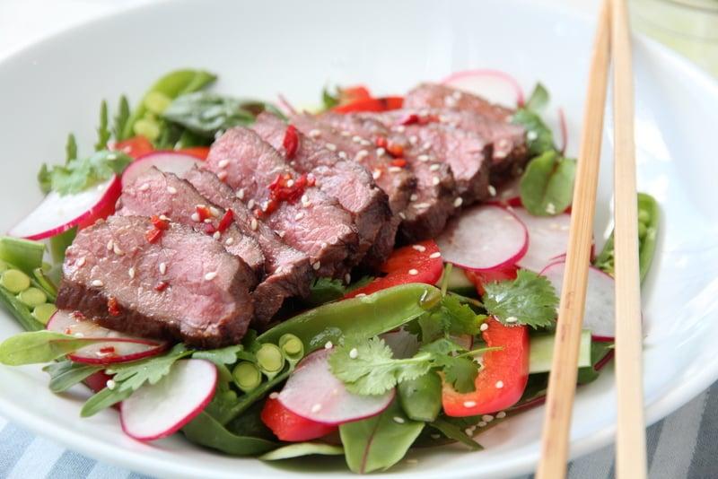 Thaisalat med biff og chilisaus