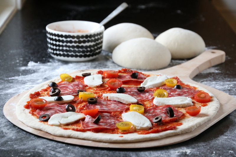 Pizza med italiensk salami